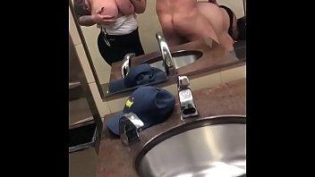 Симпатичная девчушка в домашнем порно от первого мордашки огромным планом