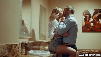 Шлюха-блондинка кончает со сквирт оргазмом во время жопы с тремя мужиками