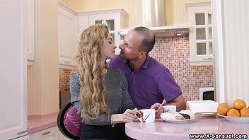 Патлатый мажор заплатил зрелой блондинке с пышными формами за секс возле стиралки