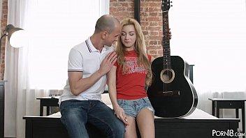 Сладкий домашний секс в гостиной на диване с изголодавшейся супругой в одежде