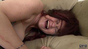 Шлюха решается на болезненный анальный секс, чтобы порадовать своих зрителей