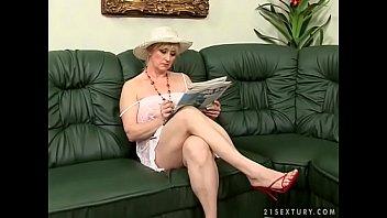 Пышногрудая шлюха-блондинка довела друга ногами