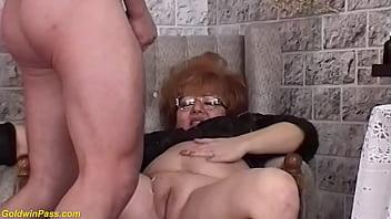 Мамочка с шикарными титьками наблюдает как ее избранник ебет иную
