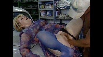Привлекательная молодая брюнетка испытывает свой сексапильный лимит