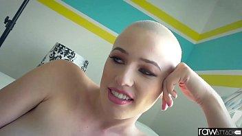 Симпатичная девушка ебётся со своим парнем в позе раком и прыгает на его хуе киской