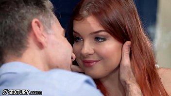 Симпатичная ангельская девчушка трогает свою вульву