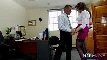 Две шлюхи занялись сексом в офисе со своим начальством