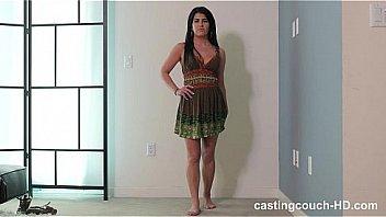 Пацанчик трахает очаровашку с красивыми ногами выставив ее в позе раком на кроватки в номере отеля