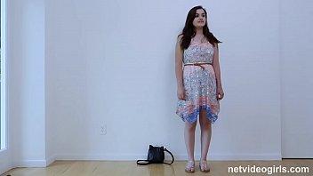 Девушка в темных чулках показывает фотолюбителю сочные дойки