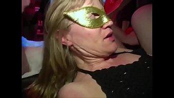 Секс пышногрудой тетки и юного человека на кожаном кровати
