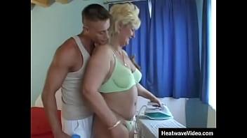 Любовник загоняет член в анус толстой мамки, которая ласкает волосатую манду