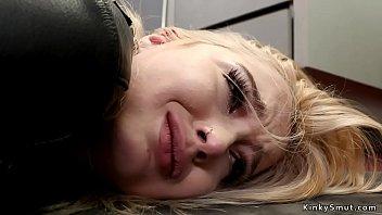 Пошлячка с тугой анусом целуется с красавчиком и занимается нежным сексом на койке