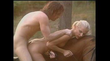 Брюнетка в красном нижнее белье, ублажает свои эротичные мокрощелки свечкой