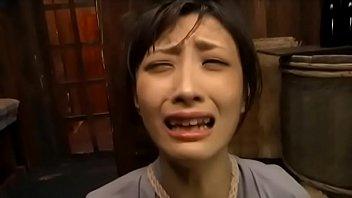 Миниатюрная китаянка с пирсингованными сосками порется с пареньком в бритую киску