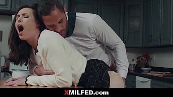 Русая девчушка с мужчиной занялись отменным порно перед камерой