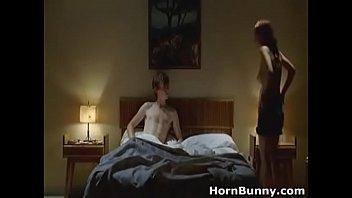 Молодая красотуля болтает по вебке с обнажёнными дойками