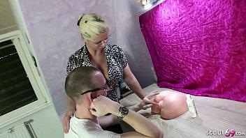 Юная худышка с маленькими грудями позирует голышом вскоре после того, как вылупилась из большие яйца