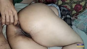 Сексуальная шлюха-блондинка в черной майке ебется с жеребчиком
