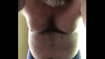 Зрелая тетка с отвисшими сисяндрами транслирует в прямом эфире свою мастурбацию