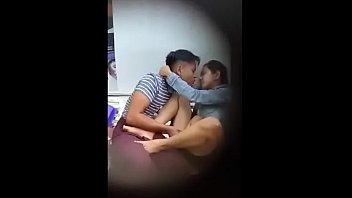 Молодая супруга язычком ублажает озабоченного мужа в семейной кроватки