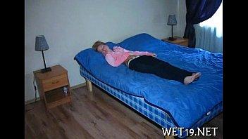 Вскоре после отсоса члена с подружкой лежащий на кровати паренек онанирует пенис