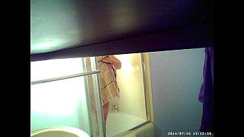 Пышногрудая африканка лобызает белому туристу пенис в общественном туалете