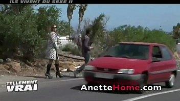 Привлекательная домработница лижет член и порется с юным хозяином