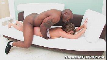 Молодая жена кончает женским оргазмом от дрючили в попочку грандиозным членом
