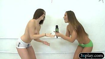 С большой жопой девушка в купальнике сосет огромный писюн приятеля