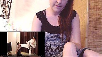 Сексапильная старушка со худыми ножками снимает одежду и онанирует вульву в большой ванной комнатке