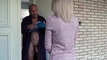 Стройненькая девчушка пришла на массаж и испытала вагинальный сквирт
